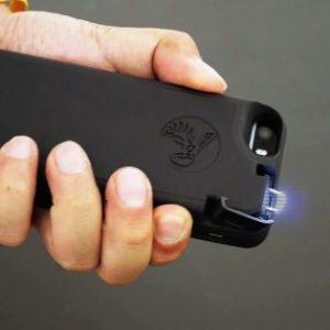 約2分程度行動不能にできる!?護身用スタンガン機能付きiPhoneケースが登場!